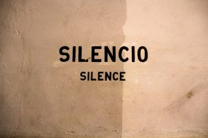 Silence in English and Spanish.