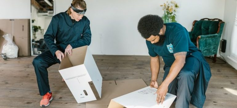 local movers lake city fl preparing cardboard boxes
